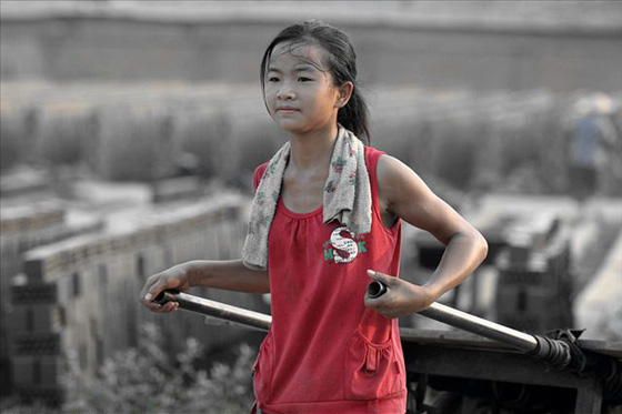 Photos of a young Chinese peasant girl, her parents, & her younger siblings working for a brick factory. Chinese netizens admire her maturity & natural beauty.
