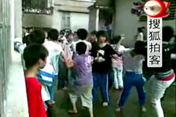 A shocking video of young Chinese students fighting each other at a middle school in Guangdong, China. Why and is this related to black society or triads?