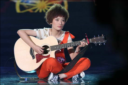 zeng-yike-sitting-guitar