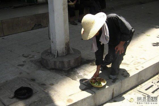 A Chinese netizen's photos capture a migrant workers' lunch break outdoors in summer heat, contrasts the lifestyle of commoners with China government officials.