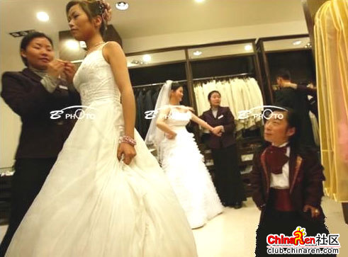 chinese-midget-groom-marriage-wedding-photos-04