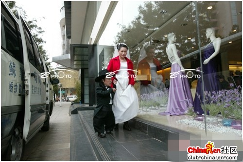 chinese-midget-groom-marriage-wedding-photos-09