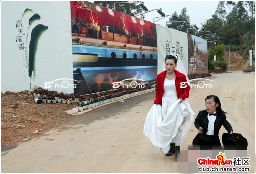 chinese-midget-groom-marriage-wedding-photos-12