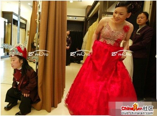 chinese-midget-groom-marriage-wedding-photos-16