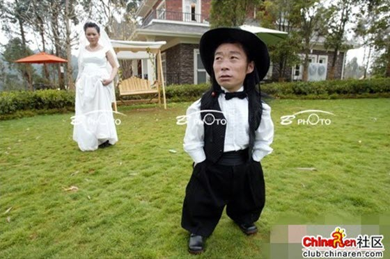 Wedding photos of a midget groom and his normal-sized bride in China, including some translated Chinese netizen reactions, comments, and blessings.