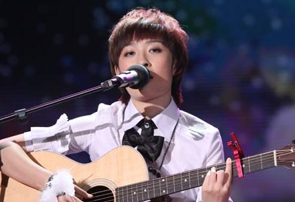 zeng-yike-singing-guitar-02