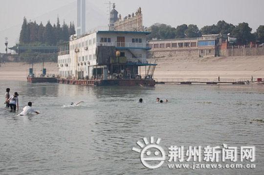 changjiang-yangzte-river-hubei-university-students-rescue-kids-02
