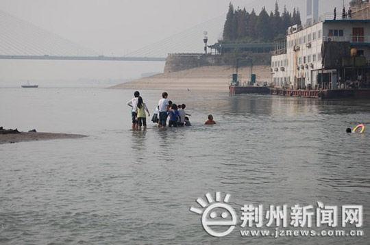 changjiang-yangzte-river-hubei-university-students-rescue-kids-03
