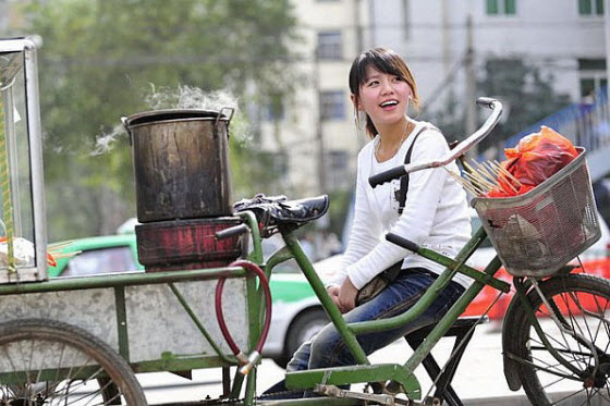 A street peddler becomes famous at China's Xian Jiaotong University & then on the internet. Why? Because she is a beautiful young Chinese girl, not old & ugly.