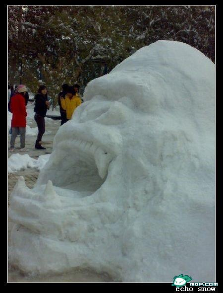 china-snow-sculptures-32-angry-gorilla
