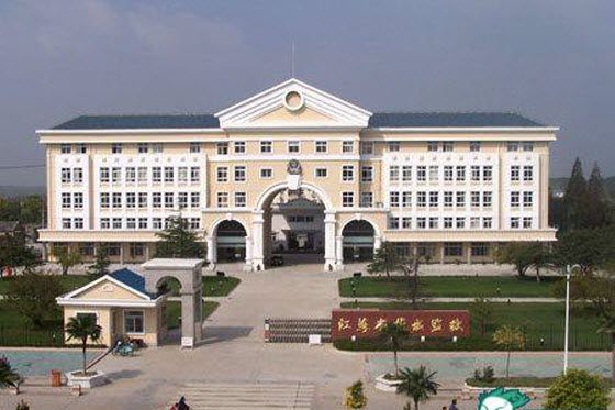 Photos of luxurious Chinese prisons prompt netizen outrage & discussions about China's government corruption, rural schools, housing situations, & crime rate.