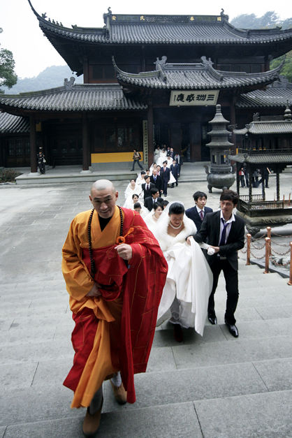 newly-wed-couples-recieves-blessing-from-buddhist-monk-02