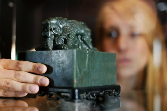 The auction of a Qing Dynasty emperor's imperial seal in a London Sotheby's auction have again angered many Chinese netizens against the sale of looted relics.