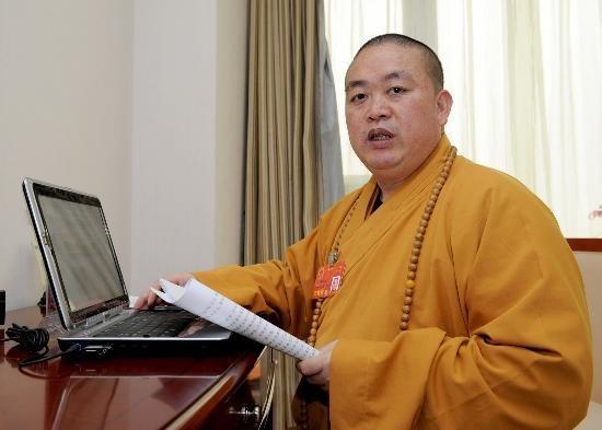shi-yongxin-shaolin-temple-abbot-using-computer