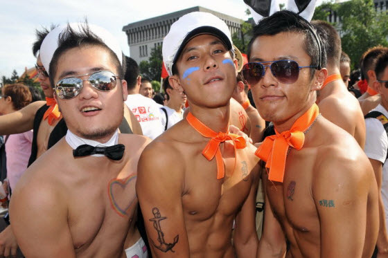 Photos of Taiwan's 2009 largest organized gay pride parade. Chinese netizens split between supportive & those who consider homosexuality unnatural & disgusting.