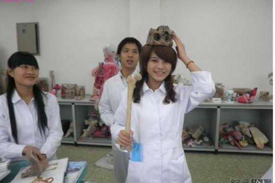 Chinese medical students in Chongqing take cheeky photos posing with human bones, their disrespectful behavior toward human remains shock & outrage netizens.