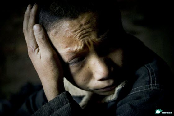 Moving photos of Cheng Zhenbo, a 12-year-old boy living in the impoverished mountains of Guizhou, China. No parents, he care for his two little cousins himself.