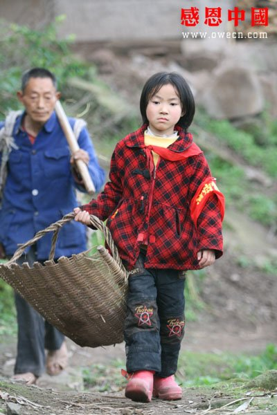 china-poor-father-adopted-daughter-05-walking