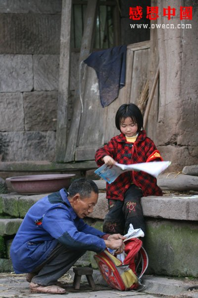 china-poor-father-adopted-daughter-06-studying