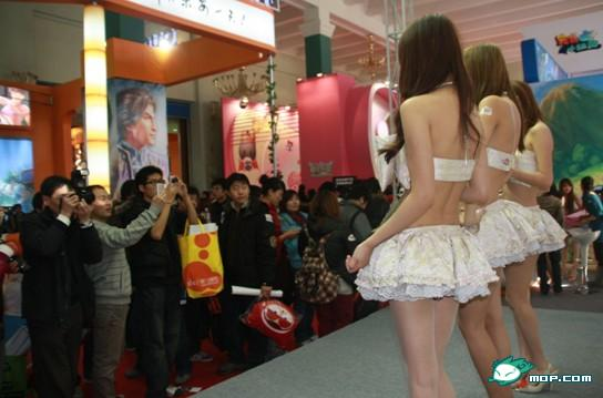 nosebleed-gate-2009-chinese-showgirls-crowd-01