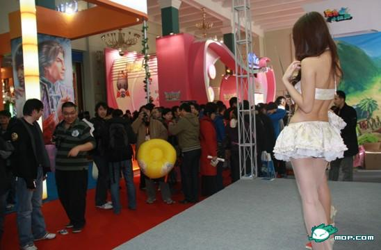 nosebleed-gate-2009-chinese-showgirls-crowd-02