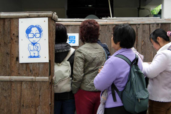 China's National People's Congress deputy recommends adjusting the ratio of male-female public restroom stalls as lines of women become a growing social problem
