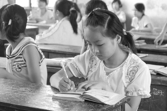 An 8-year-old girl makes money by holding classmates' comics & lending a pencil sharpener. Chinese netizens discuss the balance of money, education, friendship.