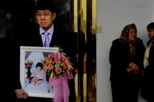 Fujian-man-held-wedding-at-wifes-funeral-04