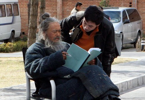 Chow Yun Fat on set of Confucius reading script