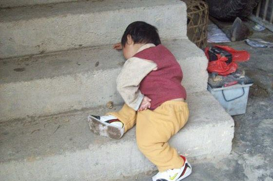 Adorable pictures of cute Chinese children falling asleep or sleeping in strange locations taken by their parents. China's netizens hail them as