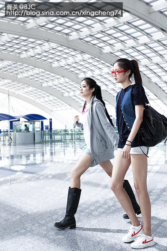 Kong Yansong and Kong Yaozhu, long-legged Chinese beauties, in airport.