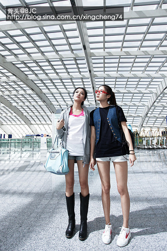 Kong Yansong and Kong Yaozhu, long-legged Chinese beauties, in airport.