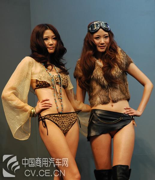 Kong Yansong and Kong Yaozhu at the 2010 Beijing Auto Show.