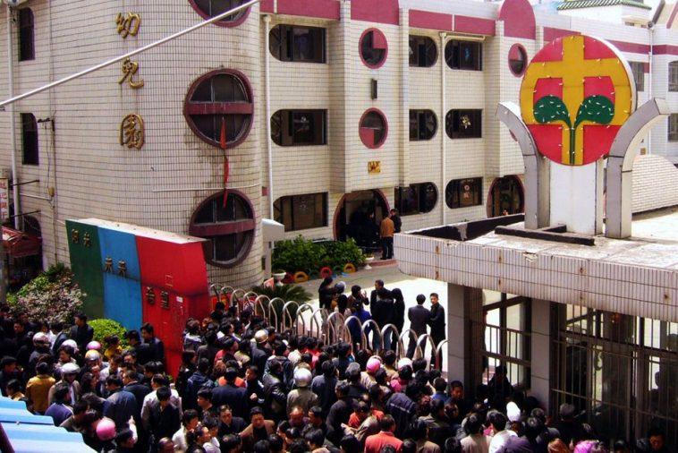 被封锁的幼儿园门外聚集了大量的群众。