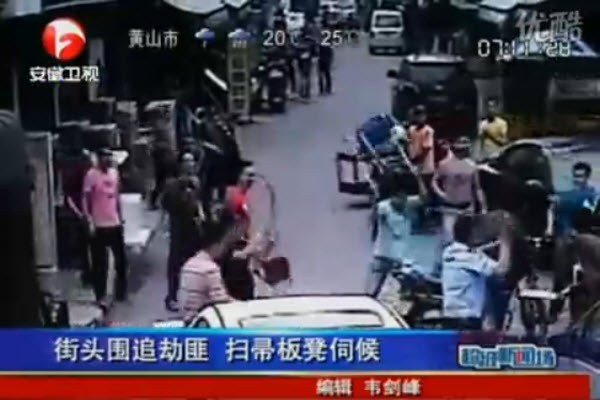 Wenzhou residents fight back against motorcycle purse snatchers.