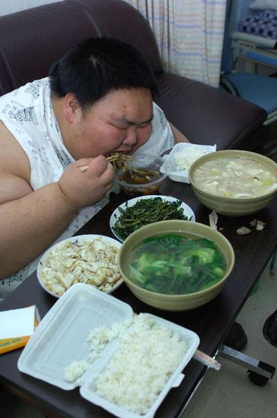 Liang Yong eating.