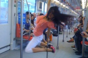 nanjing-subway-pole-dancer