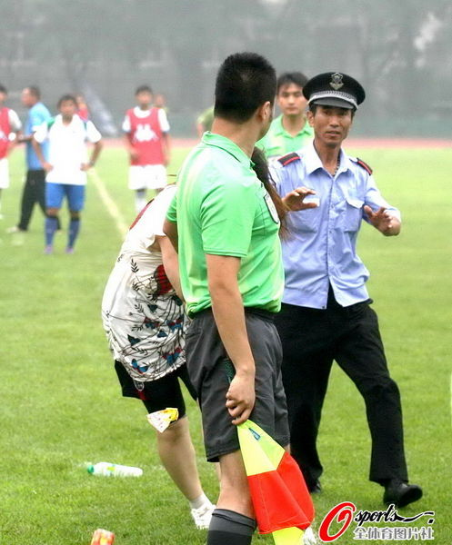 An female football fan in Dalian,  China attacks the referees.