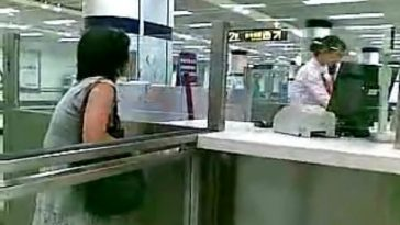 Middle-aged Shanghainese woman yells at Shanghai Metro worker for catching her red-handed trying to not pay fare.