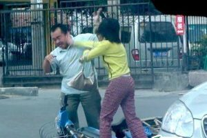 Fuzhou woman beats man after minor traffic accident.