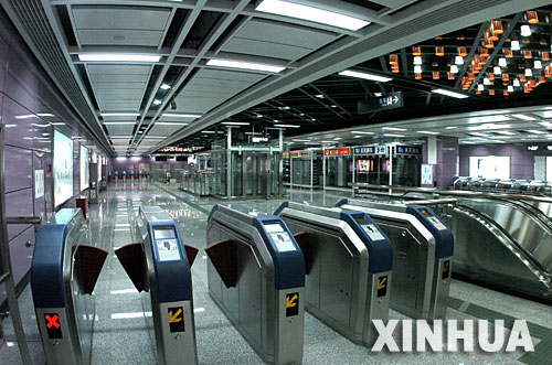 Ticketing gates for Guangzhou's Line 3 and Line 4 subways.