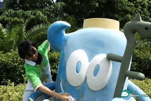 "The planned ""real life version"" of ""Xiao Yue Yue"" in a photo of her as a volunteer for the 2010 Shanghai World Expo."