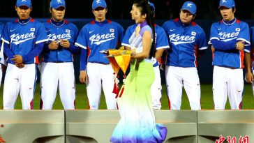 Korean national baseball team at 2010 Guangzhou Asian Games: What are they looking at?