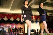 40 beautiful girls walk the runway in Chengdu to apply for jobs, hoping to catch the eye of 80 recruiting CEOs in the audience.
