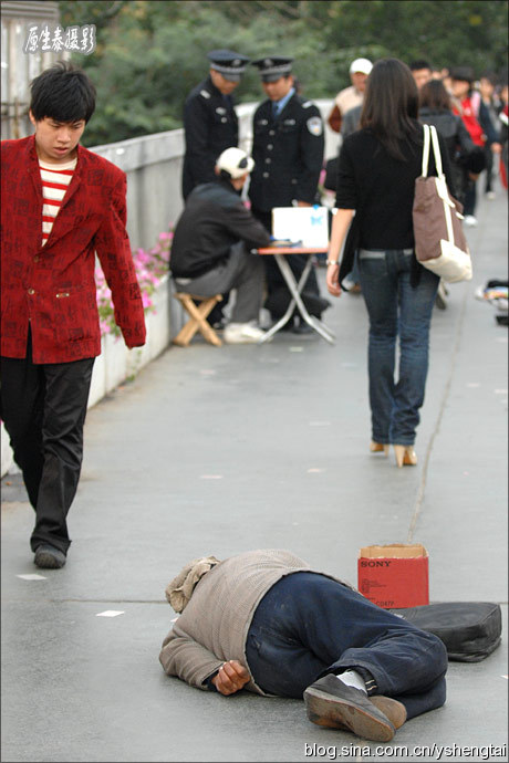 A Chinese beggar pretends to be disabled=