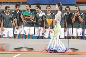 pakistan-athletes-admire-asian-games-ceremonial-hostesses
