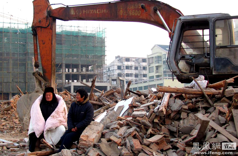 """January 8th, in Binhai County of Yancheng City in Jiangsu province. 82-year-old retired veteran cadre Liu Taixiang's two-room house was forcibly demolished overnight. Once a member of the New Fourth Army's """"dare-to-die"""" squad, an ill Liu Taixiang """"came out to meet the enemy"""" and the unidentified demolition personnel fled. After sleeping overnight in the """"seized"""" excavator"""", Liu Taixiang decided to auction off this """"spoil of war"""" on the internet to compensate for his losses."""