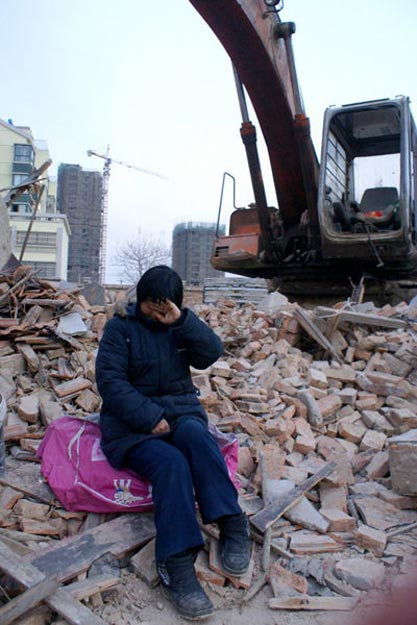 January 10th, seeing that their home is gone, Liu Taixiang's wife cries.