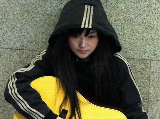 """2011 Chinee internet celebrity """"Beggar Loli"""": Is she a struggling university student or part of an internet publicity stunt?"""