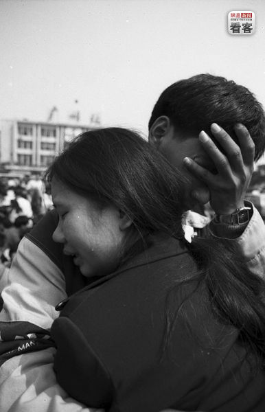 2003, Guangzhou Railway Station, a couple holding each other and weeping after having lost their money and train tickets.